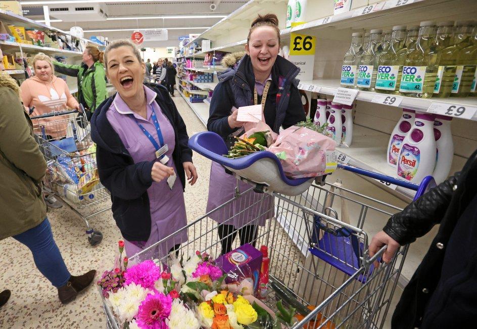 Sundhedspersonalet i det nationale britiske sundhedsvæsen NHS fik i denne uge foræret blomster som tak for deres store indsats, og det fik store smil frem hos disse sygeplejersker i Tesco-supermarkedet i Newcastle-under-Lyme. – Foto: Carl Recine/Ritzau Scanpix.