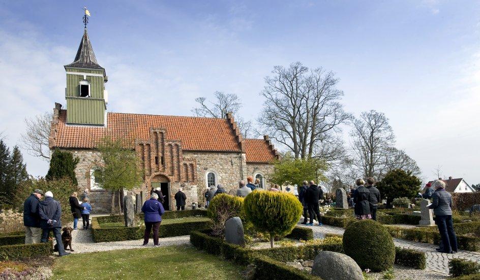 Mange var mødt op foran Nødebo Kirke til udendørs salmesang om morgenenpåskedag. Foto: Leif Tuxen