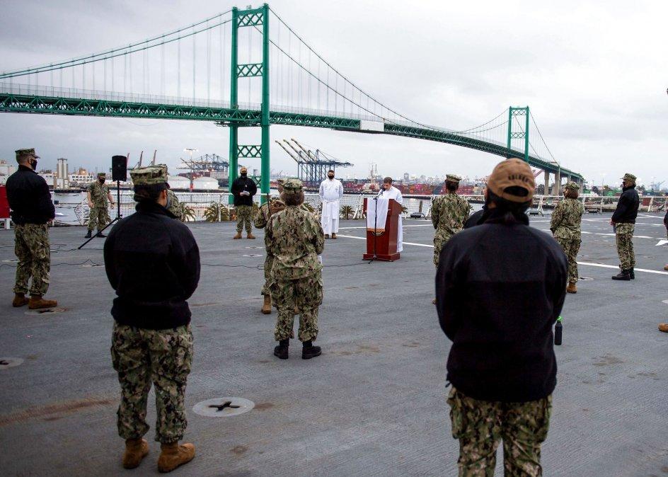 Medlemmer af den amerikanske flåde tager påskesøndag del i en gudstjeneste på dækket af hospitalsskibet USNS Mercy ved kysten i Los Angeles, USA.  Foto: Ryan M. Breeden/AFP/Ritzau Scanpix