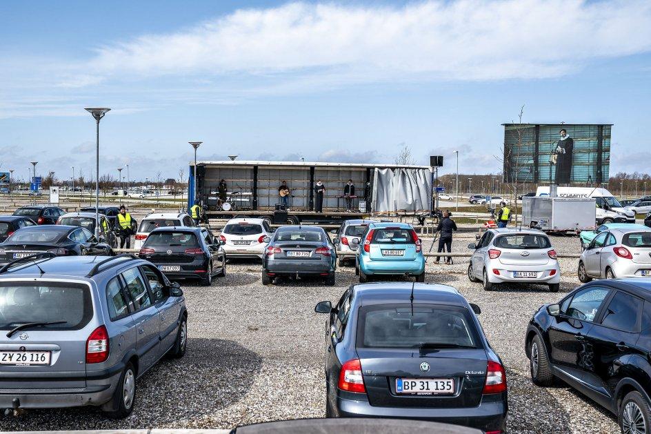 Drive-in gudstjeneste på parkeringspladsen ved Aalborg Lufthavn påskesøndag.