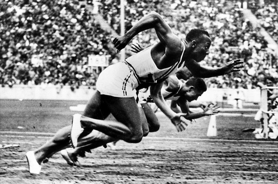Med fire guldmedaljer blev Jesse Owens ikke bare den mest vindende atlet ved de olympiske lege i 1936 i Berlin. Han blev udfordrede også Hitlers og den nazistiske mytologi om den ariske races overlegenhed. – Foto: Ritzau Scanpix.