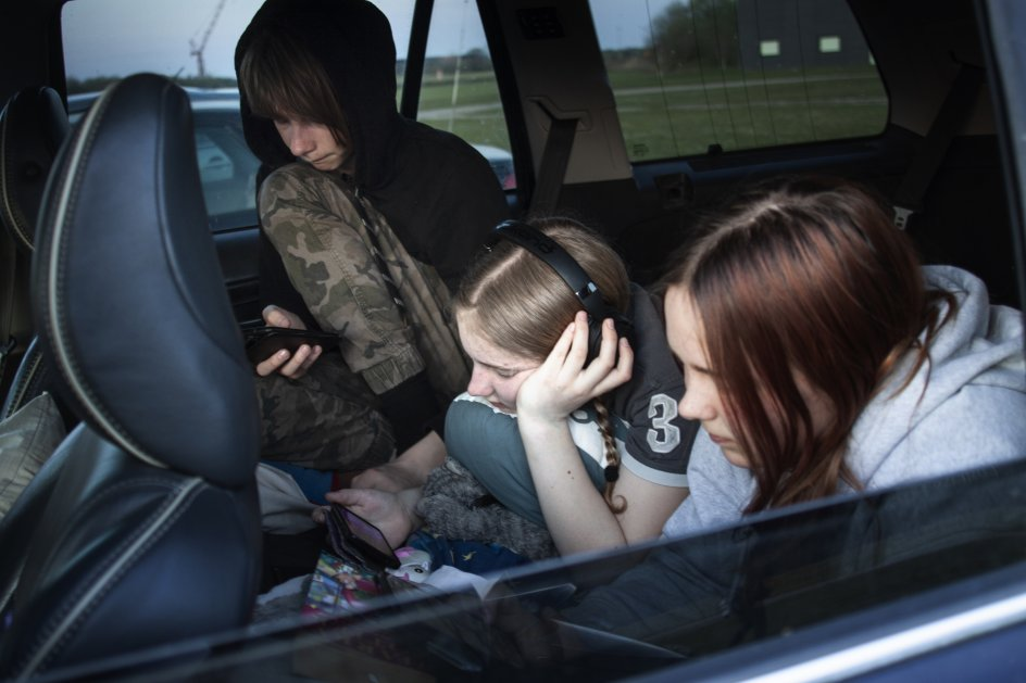 Familien Bleijerveld er kørt fra Rinkenæs ved Gråsten for at se film. Børnene Charlotte, Elin og Lars venter på filmstart klokken 21.00, når solen er gået ned.
