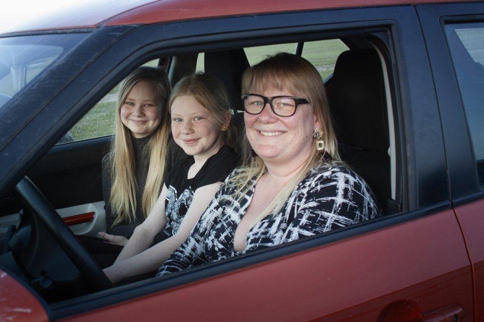 """""""For os har krisen handlet om nærhed,"""" siger Sandra Schwebel fra Feldsted nær Aabenraa. Hun har taget døtrene Lea og Emma Skaarup med i drive-in-biograf. """"Der skulle ske noget. Og drive-in-film er noget, vi ikke har prøvet før. Det er noget, vi kan mindes sammen om nogle år,"""" siger Sandra Schwebel."""