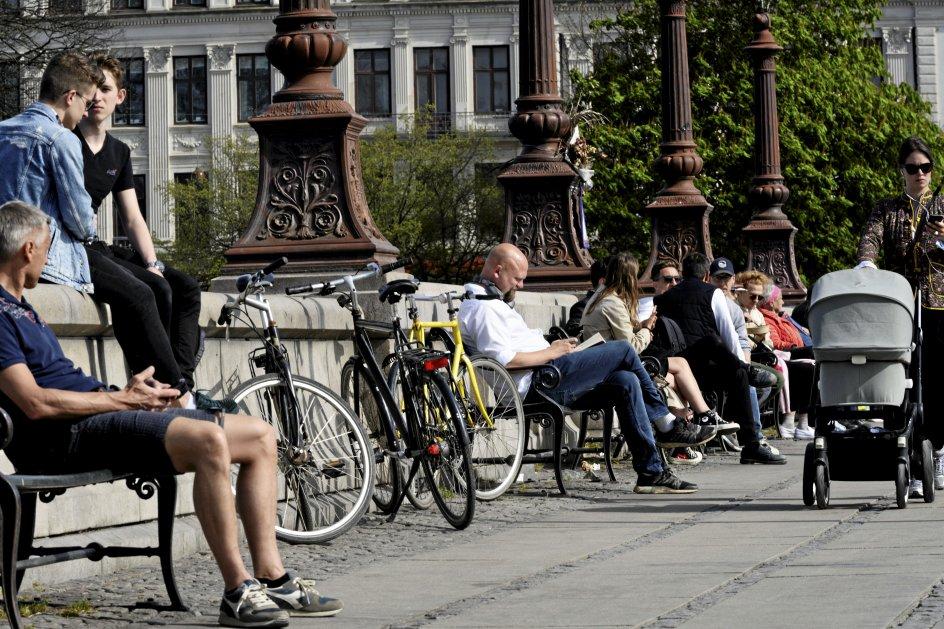 Under coronakrisen er personer, der ikke overholdt adfærdsreglerne blevet udskammet af andre. Det gælder personer, der har stået for tæt i supermarkeder, på stier, i parker og på pladser. Her ses supermarkedskø med afstand, indførsel af opholdsforbud ved Lakolk Butikscenter på Rømø, ophold på Dronning Louises Bro i København og ophold på Islands Brygge i København i afmærkede felter, efter at opholdsforbuddet dér er ophørt. –