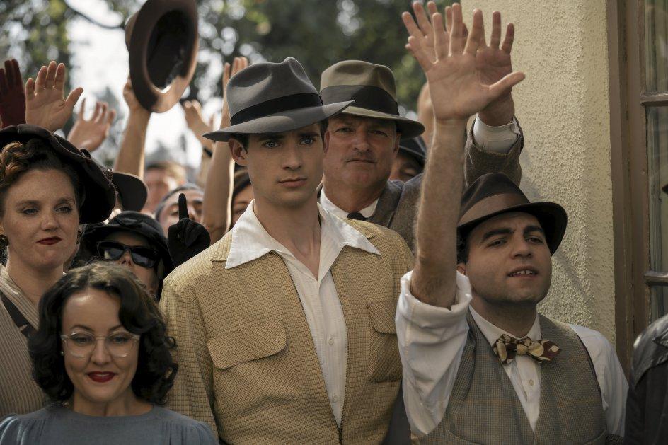 Blandt seriens hovedkarakterer er den fiktive figur Jack Castello. Han har store skuespillerdrømme og begynder blandt de store folkemængder, der hver dag mødte op foran filmstudierne med håbet om en statist-rolle. – Foto: Adyani/Netflix.
