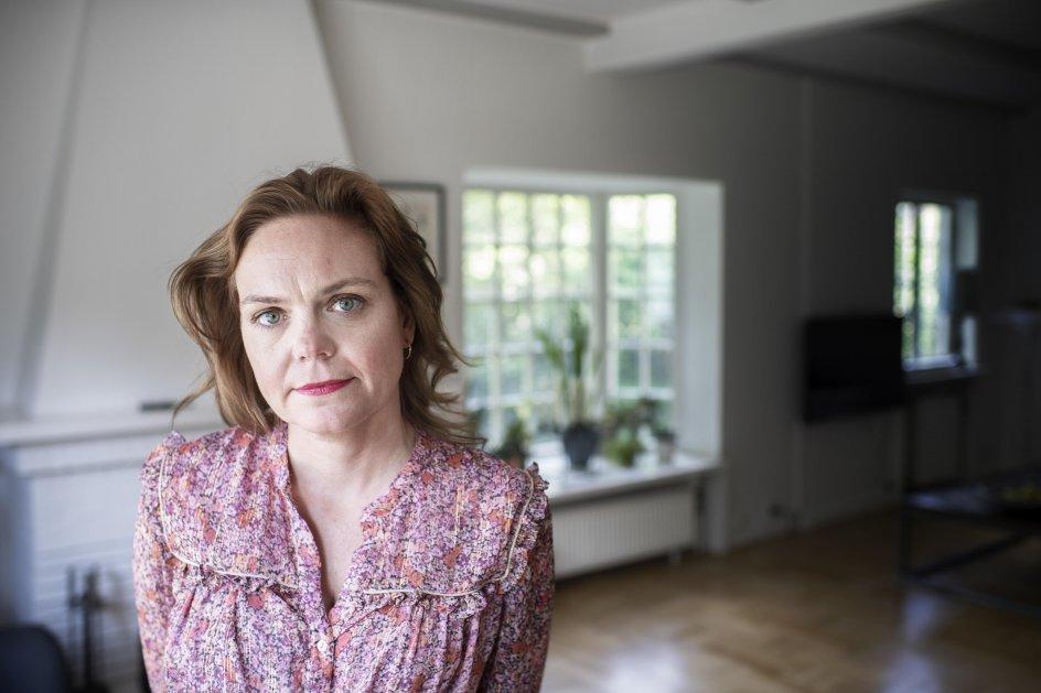 """""""Om tirsdagen er min yngste datter altid lidt ked af det. Ikke fordi hun skal hen til sin far, men fordi hun skal tage afsked med mig. Og det skal hun have lov til at være. Det er et vilkår, at visse ting bliver ved med at gøre ondt,"""" siger Karin Heurlin. – Foto: Julie Meldhede Kristensen."""