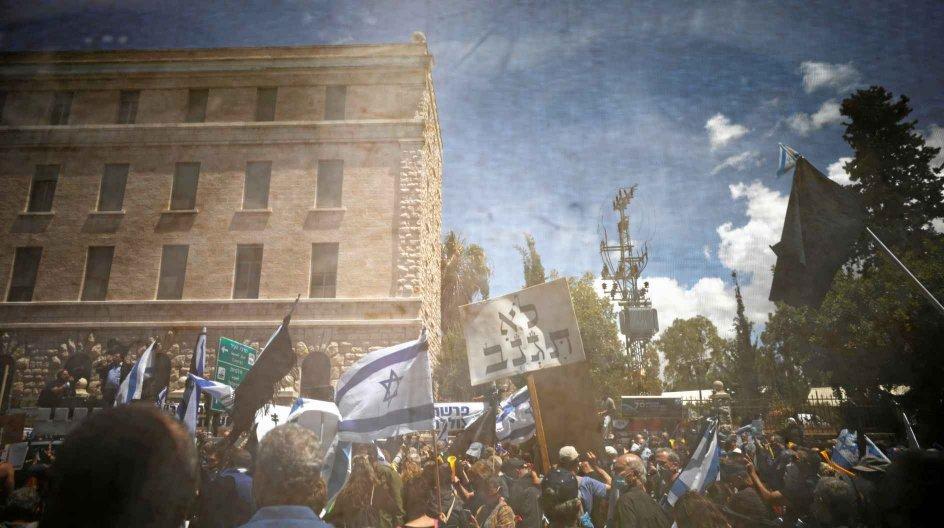Der var demonstrationer foran retsbygningen i Jerusalem i søndags, hvor retssagen mod den siddende premierminister, Benjamin Netanyahu, blev indledt. – Foto: Amir Cohen/Reuters/Ritzau Scanpix.