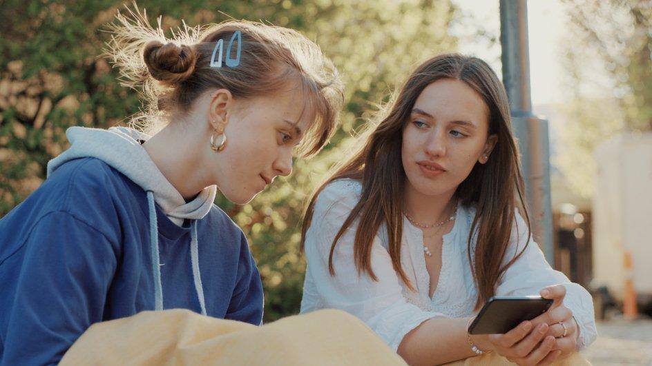 Publikum ser altid hovedpersonerne udenfor, da serien produceres med fokus på at overholde myndighedernes retningslinjer under Corona. Her ses XX i rollerne som Luna og Agnes.