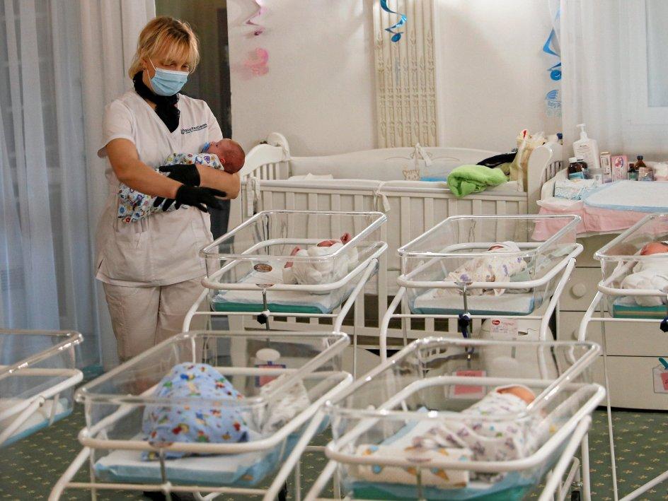 Personalet hos den ukrainske reproduktionsklinik BioTexCom må løbe stærkt for at tage sig af de mange nyfødte, der venter på at blive afhentet på det såkaldte baby-hotel. – Foto: Gleb Garanich/Reuters/Ritzau Scanpix.