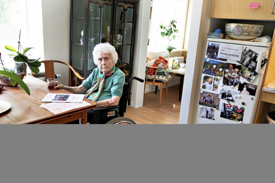 """93-årige Kirstin Foged Hansen har sunget hele sit liv. Hun er en af de beboere på plejecentret, der troligt møder op til """"sang på gang"""", selv om hun sidder i kørestol, og øjnene svigter."""