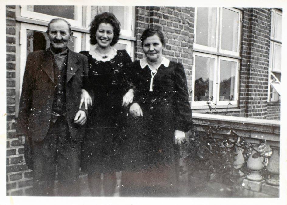 Her i midten er det Henny Mikkelsens svigermor, Else Katrine Laursen, hvis forældre seks generationer tilbage kom til Danmark som kartoffeltyskere. – Privatfoto.
