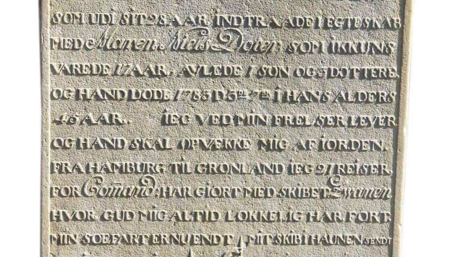 I 1783 forudså ishavs-kommandøren Matthis Svensen Schouw sin egen død og bestemte selv tekst og billede på sin gravsten. – Foto: Sara og David Bjørklund.