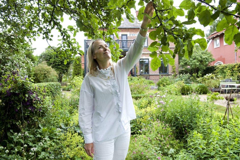Malene Lei Rabens have har flere liggestole og en skøn terrasse, men her er hun en sjælden gæst, selvom hun øver sig i at være i haven uden at arbejde i den.