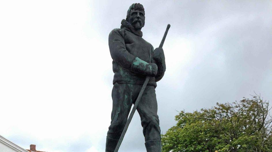 Statuen af Ludvig Mylius-Erichsen (1872-1907) på torvet i Ringkøbing (udført af Chresten Skikkild i 1916). – Privatfoto.