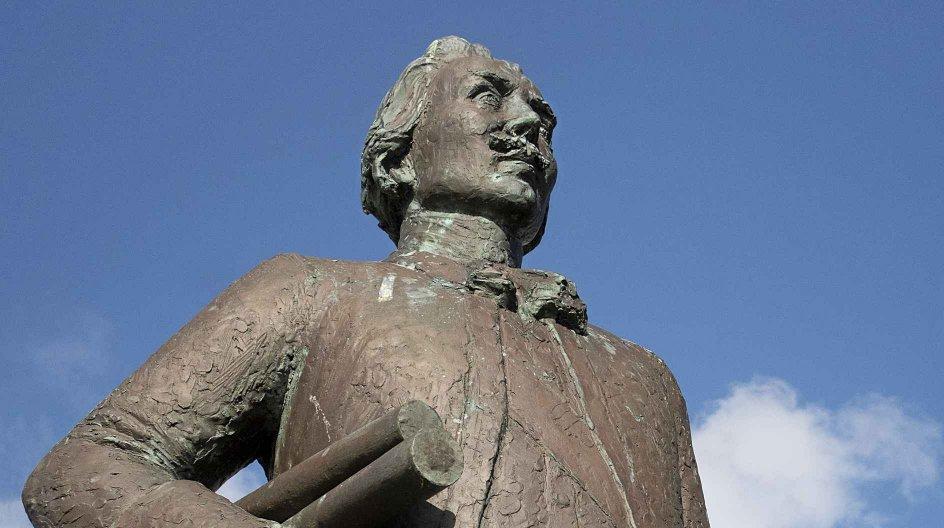 Statuen af kaptajn Martin Spangsberg, som opdagede og kortlagde søvejen til Japan nordfra 1738-1739, er udført af billedhugger Bjørn Nordahl (1929-2012) og placeret ved Fiskeri- og Søfartsmuseet i Esbjerg. Foto: Jens Christian Top/Ritzau Scanpix