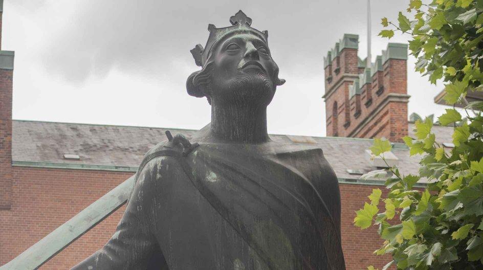 Knud den Hellige blev dræbt i Sankt Albani Kirke og blev siden gjort til helgen. Der har stået en statue af kongen ved selvsamme kirke siden 1955. – Foto: Julie Meldhede Kristensen.