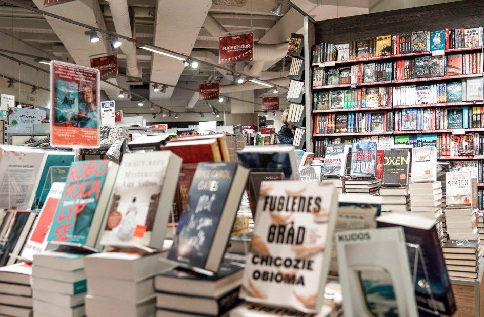 På trods af danskernes gode intentioner er der dog endnu ikke sat en stopper for det langvarige fald i antallet af boghandlere, der har stået på siden 1965. Dengang toppede antallet med 665 boghandlere fordelt over hele landet. I 2019 var der 319.