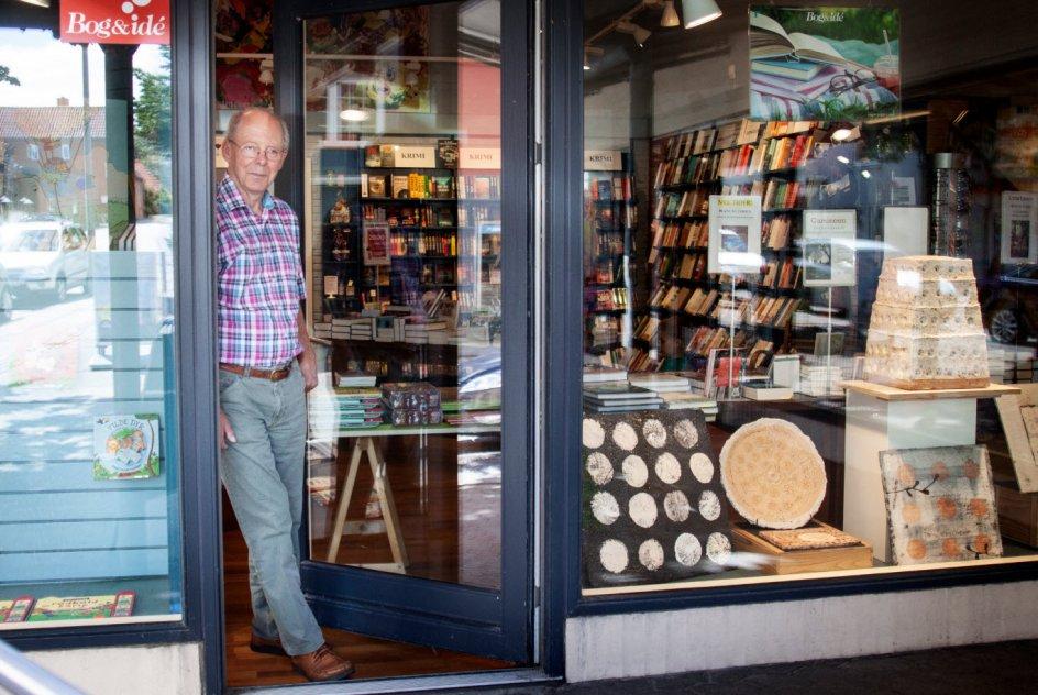 Niels Trangbæk kalder stueetagen af sin store boghandel på hovedgaden i Rønde for en blandet landhandel, men selvom butikken er fyldt med legetøj, papirvarer – og sågar vin – er bøgerne stadig det centrale. Hans mantra er, at bredden er vigtig, for den giver ham råd til alt det sjove.