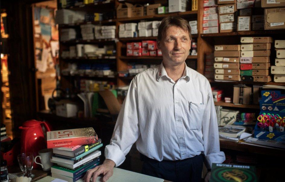 Ejer og daglig leder René Tarp er fotograferet i Tarps baglokaler. Han overtog boghandlens ejerskab fra sine forældre i 2001, men moderen er ikke til at tvinge på pension og er stadig en del af personalet.