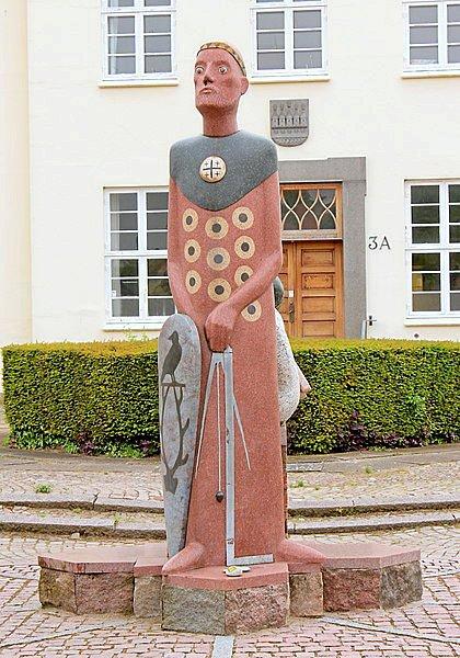Statuen af Esbern Snare på torvet i Kalundborg er udført af Erik Warming og indviet i 1997. – Foto: wikimedia.org.