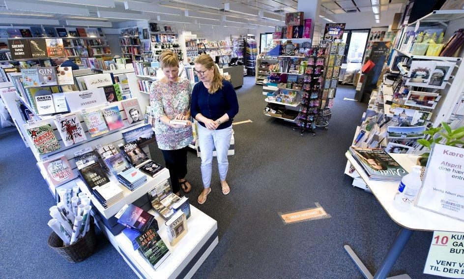 """Litteraturudvalget i """"Fredensborg Boghandel – En andelsbutik"""" er bredt med alt fra en udførlig krimiafdeling til klassiske romaner og selvbiografier af skuespillere. – Foto: Leif Tuxen."""