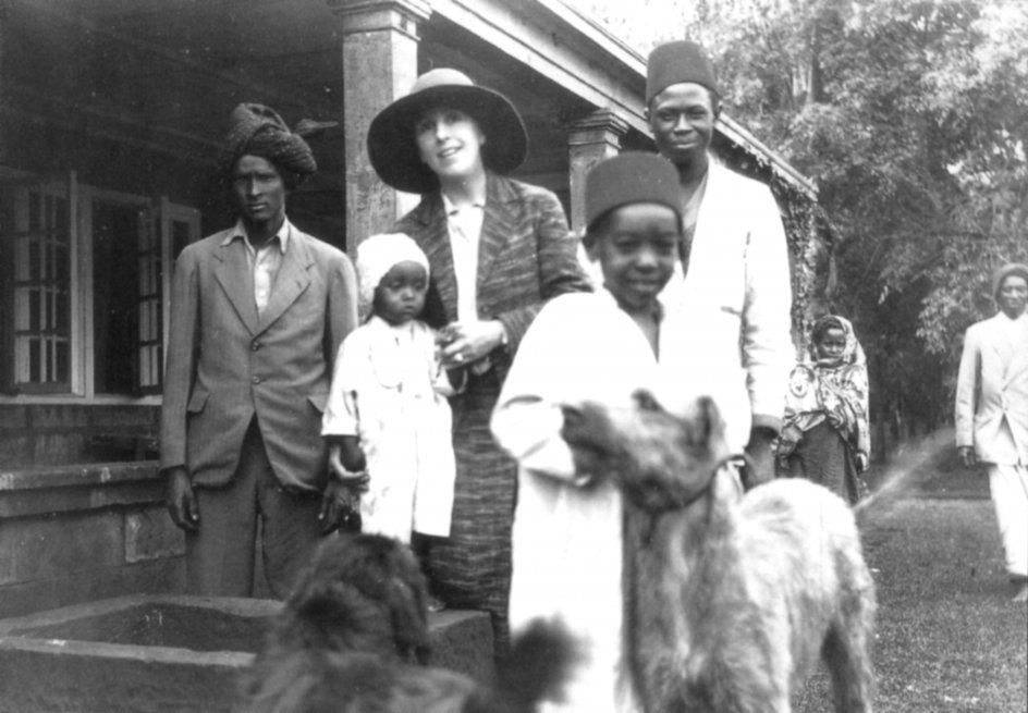 Karen Blixen var kendt for sin kærlighed og omsorg for Afrikas oprindelige folk. På kaffefarmen M'Bogani boede et stort antal kikuyuer, der arbejdede i kaffeplantagen. Karen Blixen knyttede livslange venskaber med flere og fastholdte kontakten gennem brevvekslinger efter sin endegyldige hjemrejse i 1931. – Foto: Ritzau Scanpix.