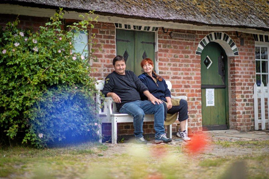 Forfatterparret Erik Valeur og Lise Ringhof har fundet ro og inspiration til at skrive på Fanø. – Foto: Martin Reinhard.