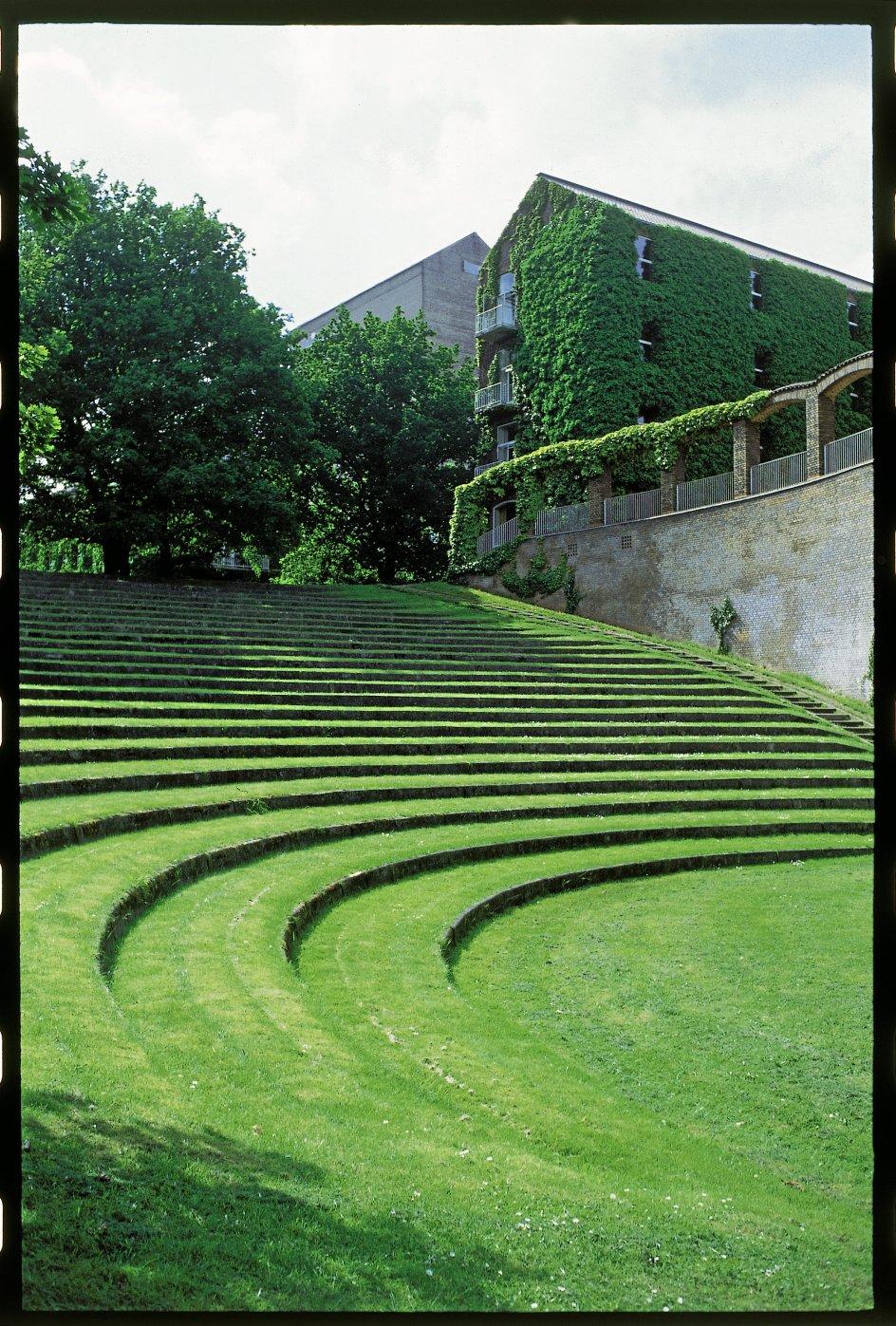 """En af nyere tids helt store, danske landskabsarkitekter er C.Th. Sørensen, der udformede så vidt forskellige former for haveanlæg, at det er umuligt at tillægge ham en særlig stil, hedder det i bind 3 af """"Danmarks havekunst"""". Her er et udsnit af parken omkring Aarhus Universitet."""
