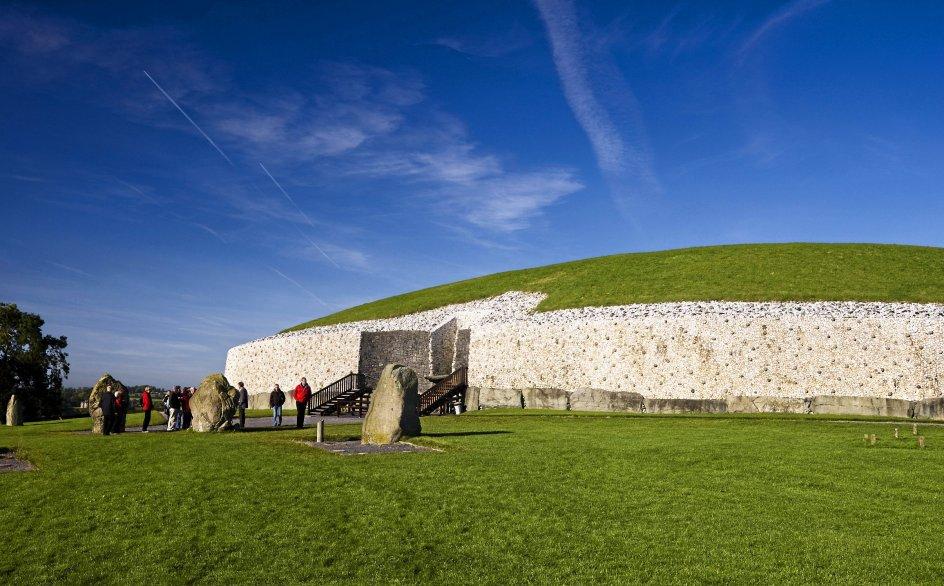 Denne rundrejse går til nogle af de største seværdigheder i Irland, den spektakulære natur og smukke bygninger som Christchurch Cathedral, billedet øverst til venstre, samt Newgrange, billedet ovenover. – Fotos fra rejsebureau.