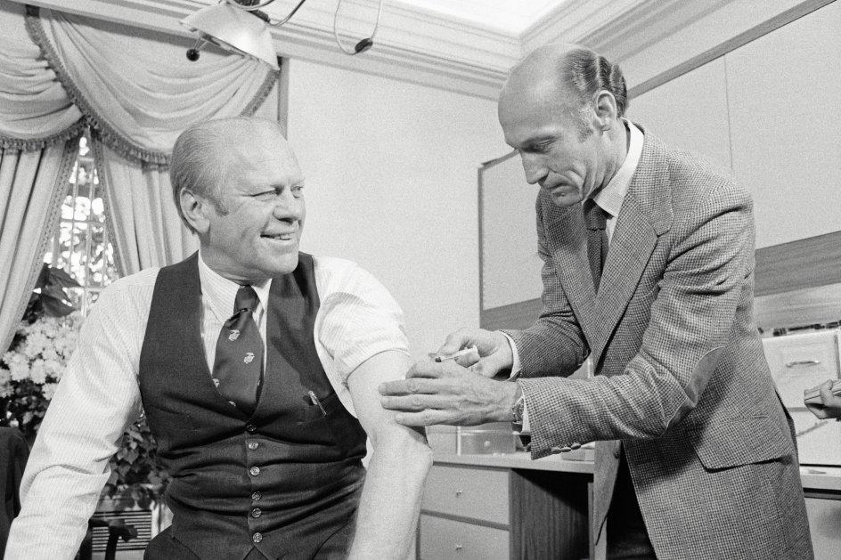 Den daværende republikanske præsident, Gerald Ford, bliver vaccineret mod svineinfluenza på sit kontor i Det Hvide Hus i oktober 1976. To uger senere tabte han valget til demokraten Jimmy Carter. – Foto: Bettmann/Getty Images.