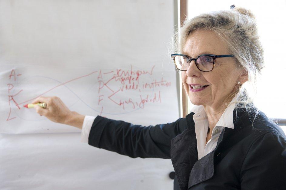 """""""Der er bestemt nødvendige skilsmisser, men i mange tilfælde bruger man en skilsmisse til at løse et tilsyneladende uløseligt problem,"""" siger psykolog Jette Simon, som i fire årtier har arbejdet som parterapeut. – Fotos: Leif Tuxen."""