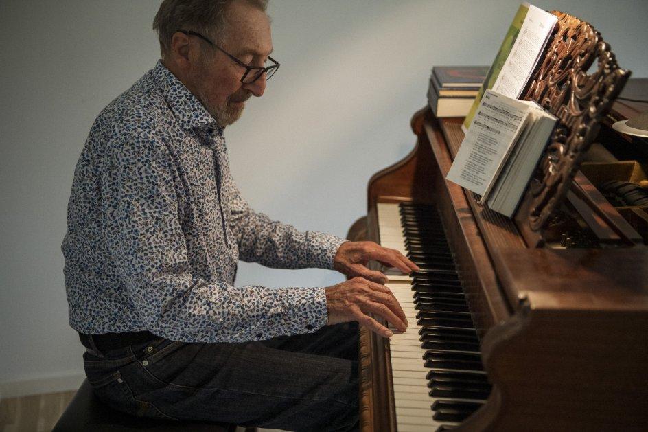 Finn Jørgensen er oprindelig fra Odense og fik violinundervisning af sin morbror som barn. Siden lærte han sig ved hjælp af et godt gehør at spille alle mulige instrumenter. Her ses han ved sit klaver.