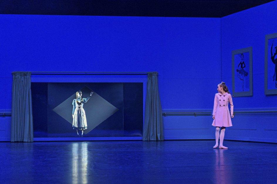 Uhygge bliver en del af børneballetten, da en balletpige pludselig ser en spøgelsespige i spejlet. – Foto: Henrik Stenberg.