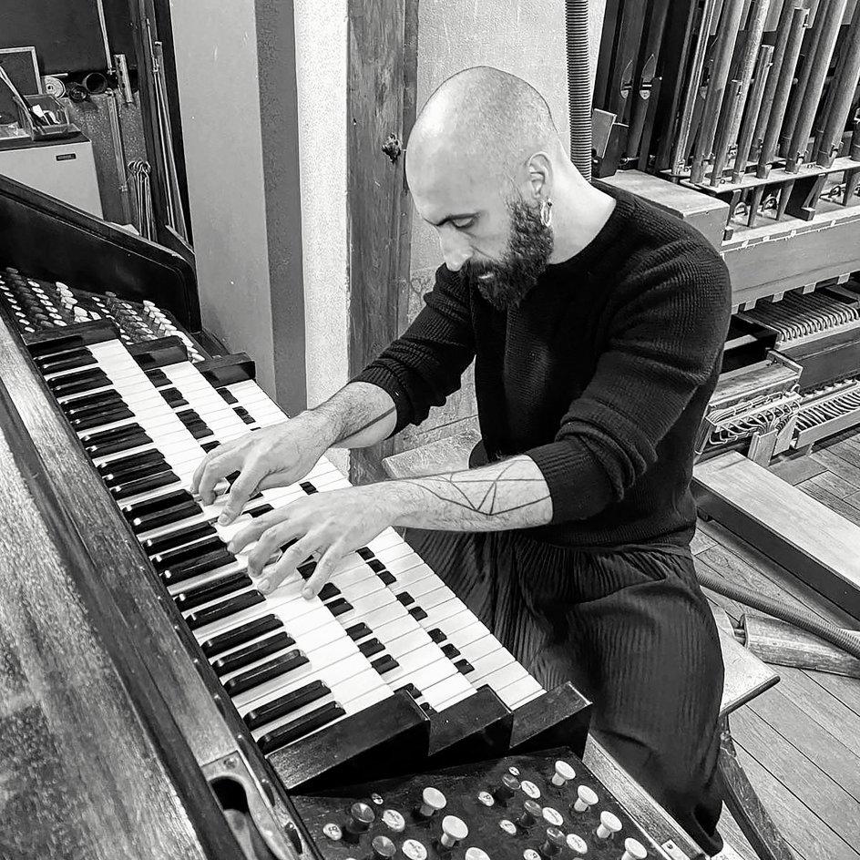"""Filippo Sorcinelli spillede allerede som 13-årig på orglerne i flere kirker i sin barndoms land. Bach og de andre barokmestre. Orlget var hans første og største inspiration. """"De, der hører et orgel ånde, kan ikke undgå at få vakt en følelse, der forhøjes,"""" siger han. - Fotoselvportræt: Filippo Sorcinelli"""