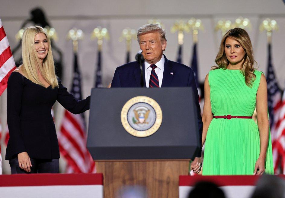 Her ses Republikanernes præsidentkandidat, Donald Trump, sammen med sin rådgiver og datter Ivanka Trump (til venstre) og førstedame Melania Trump i Det Hvide Hus den 27. august. – Foto: Carlos Barria/Reuters/Ritzau Scanpix.