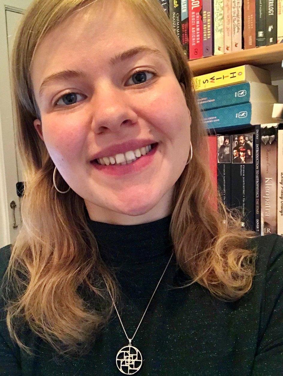 """Skal der flere kvindelige forfattere i litteraturkanonen for folkeskolen? Ja, mener Marie Larsen skole (t.h.), som i den sammenhæng har stillet et borgerforslag. Nej, mener kulturordfører i de Konservative Birgitte Bergmann (t.v.). """"Fokus skal være på indhold, ikke køn,"""" lyder det."""