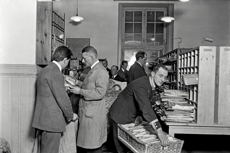 Traditionen med julekort begyndte i England, og med industrialiseringen og vandringen fra land til by opstod behovet for at sende en julehilsen til slægtninge langt væk. Juleposten var omfangsrig, som det ses på billedet, der er fra Købmagergades Postkontor i København i 1930 eller 1931. – Foto: Holger Damgaard/Ritzau Scanpix.
