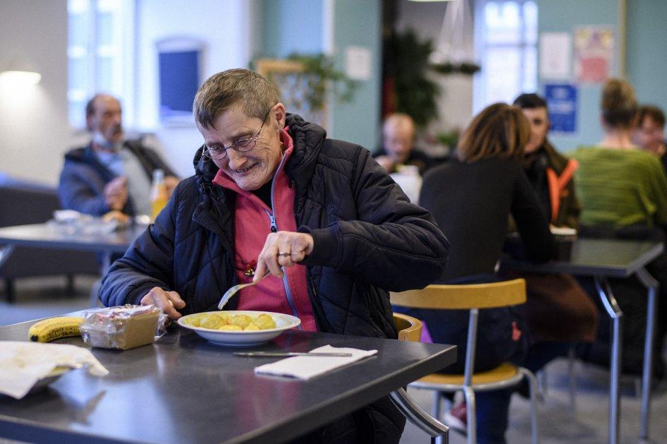Ingrid Jørgensen kom ud af sit alkoholmisbrug, efter at hun for 20 år siden opsøgte Frelsens Hær. Hun synes, at ensomheden under corona er en belastning.