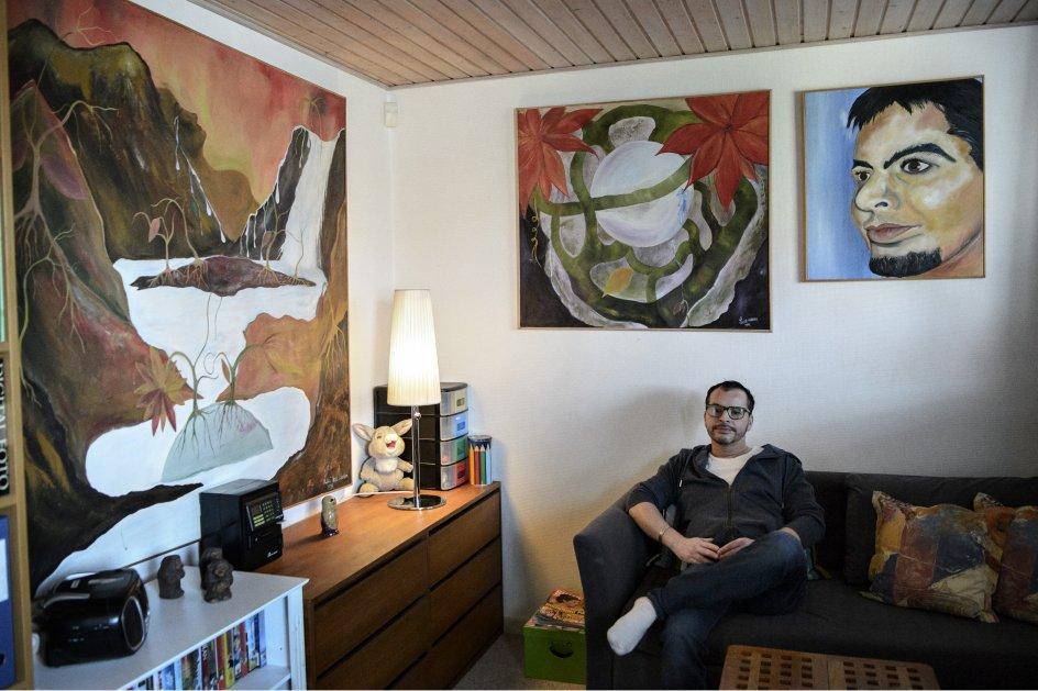 """Luis Vad-Nielsen blev adopteret fra Chile til Danmark i 1978. For ham har malekunsten været en måde til at bearbejde sine følelser. Som ung var han vred på sit biologiske ophav, og når kammeraterne spurgte ind til det, svarede han bare, at hans """"mor var en simpel luder""""."""