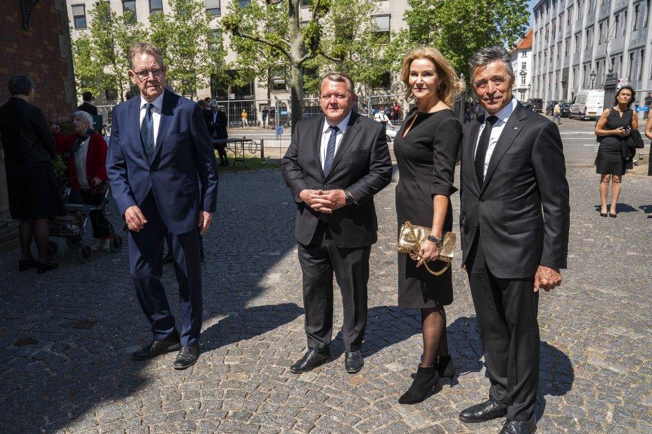 Med til bisættelsen var blandt andet de fire resterende nulevende eks-statsministre, Poul Nyrup Rasmussen (S), Lars Løkke Rasmussen (Moderaterne), Helle Thorning-Schmidt (S) og Anders Fogh Rasmussen (V), der ankom til kirken i samlet flok.