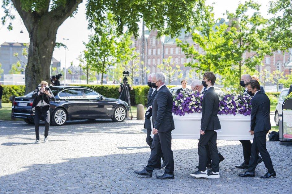 De Konservatives formand Søren Pape Poulsen var én af de seks kistebærere. Sammen med resten af de cirka 270 deltagere holdt han sig dog i baggrunden, da den nærmeste familie samlede sig foran rustvognen til et sidste farvel.