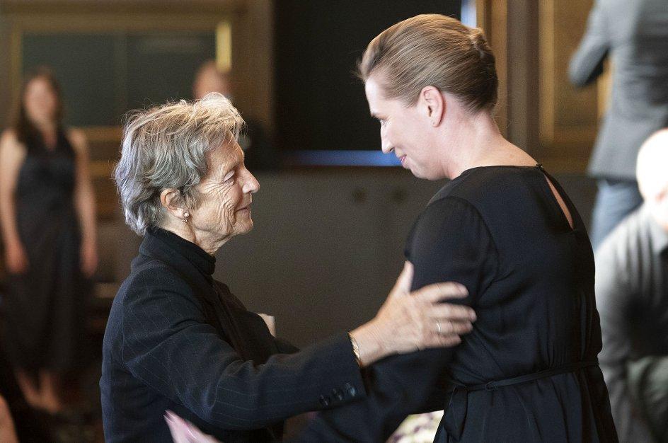 Statsminister Mette Frederiksen (S) hilser på Poul Schlüters enke, Anne Marie Vessel Schlüter, ved mindehøjtideligheden på Børsen.