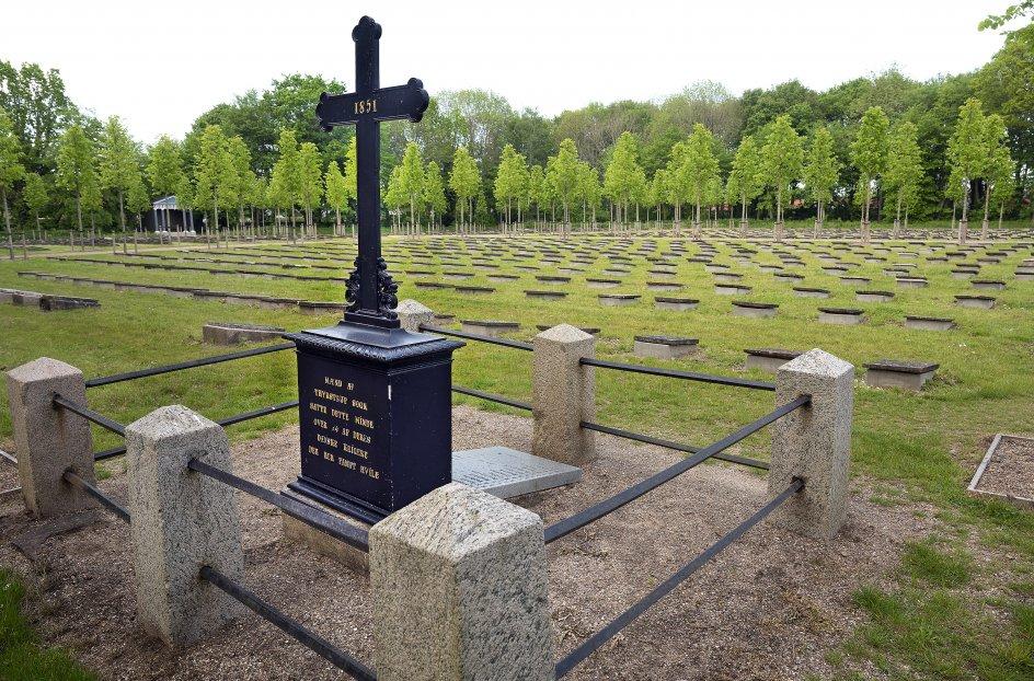 På Gudsageren er en grav med et mindesmærke over faldne under Slaget ved Kolding den 23. april 1849. De sårede blev kørt til blandt andet Christiansfeld, hvor kirkesalen og Søstrehuset blev lazaret. 38 døde, heraf otte danskere og 30 preussere.