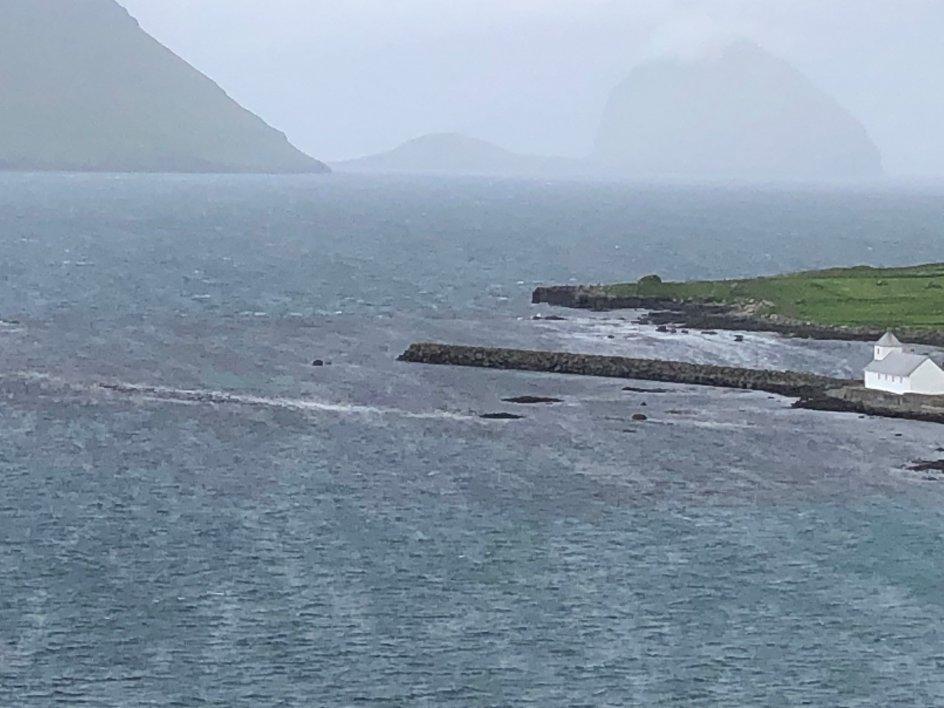 """På fotoet ser man Olavskirken i Kirkjubøur på Færøerne. Fotografen sendte billedet til Kristeligt Dagblad med ordene """"Og se, jeg er med jer alle dage indtil verdens ende"""", et citat af Jesus fra Matthæusevangeliet."""