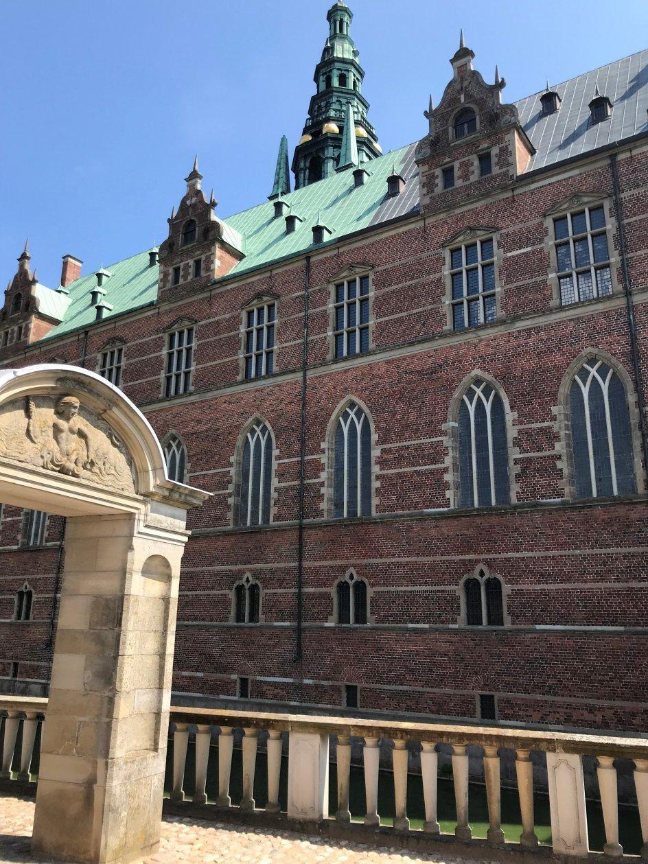 """Om dette billede skriver fotografen Dorthe Nielsen: """"Frederiksborg Slotskirke imponerer indvendigt, som det også var tiltænkt fra bygherrernes side. Udvendigt fascinerer det mig dog allermest med oplevelsen af den indbyggede kirke og de diskrete, men alligevel tydelige vinduer, der vidner om dens tilstedeværelse. Det er en inspirerende løsning."""""""