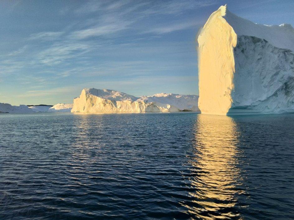 """Dette billede er taget i midnatssol ved Ilulissat i Grønland. Fotografen skriver: """"Katedral i Isfjorden ved Ilulissat i Grønland. Guds skaberværk er stort."""""""