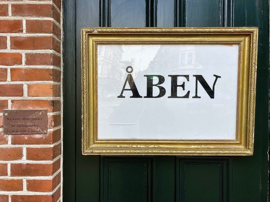 Billedet forestiller døren til Sankt Pauls Kirke i Aarhus-bydelen Frederiksbjerg.
