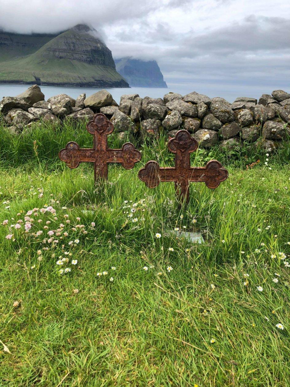 """Dette billede er taget på en kirkegård i bygden Vidareidi på Færøerne, skriver fotografen og tilføjer: """"Korsene er sat over to små søskende, som døde i sommeren 1874. Den ene var tre måneder og den anden tre år. Smukt og sørgeligt på samme tid."""""""