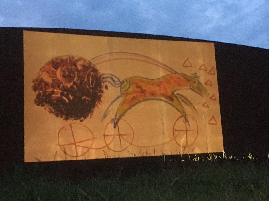 """Billedet viser premieren på lysværket """"Solhesten"""" af kunstneren Karen T, og det er taget ved Solvognens Fundsted i Odsherred."""