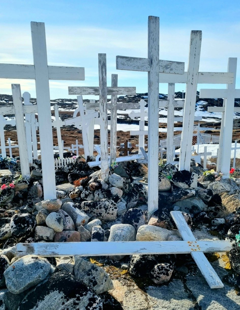 """Billedet er taget ved Sermermiut, Ilulissat i Grønland og forestiller en gammel kirkegård, der sidst er brugt i 1980'erne. """"Man bliver meget ydmyg, når man går her,"""" skriver fotografen."""